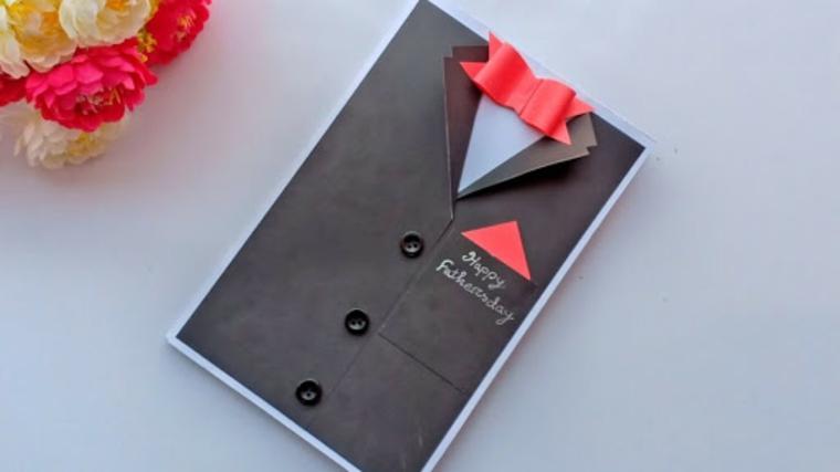 Cartolina di carta con papillon rosso e scritta in inglese, regalo per la festa del papà