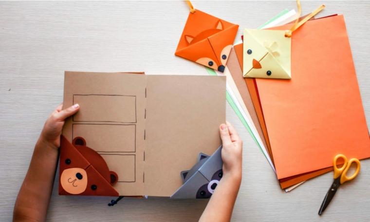 Cartoncini colorati con forbici, libro con due segnalibri origami di animaletti