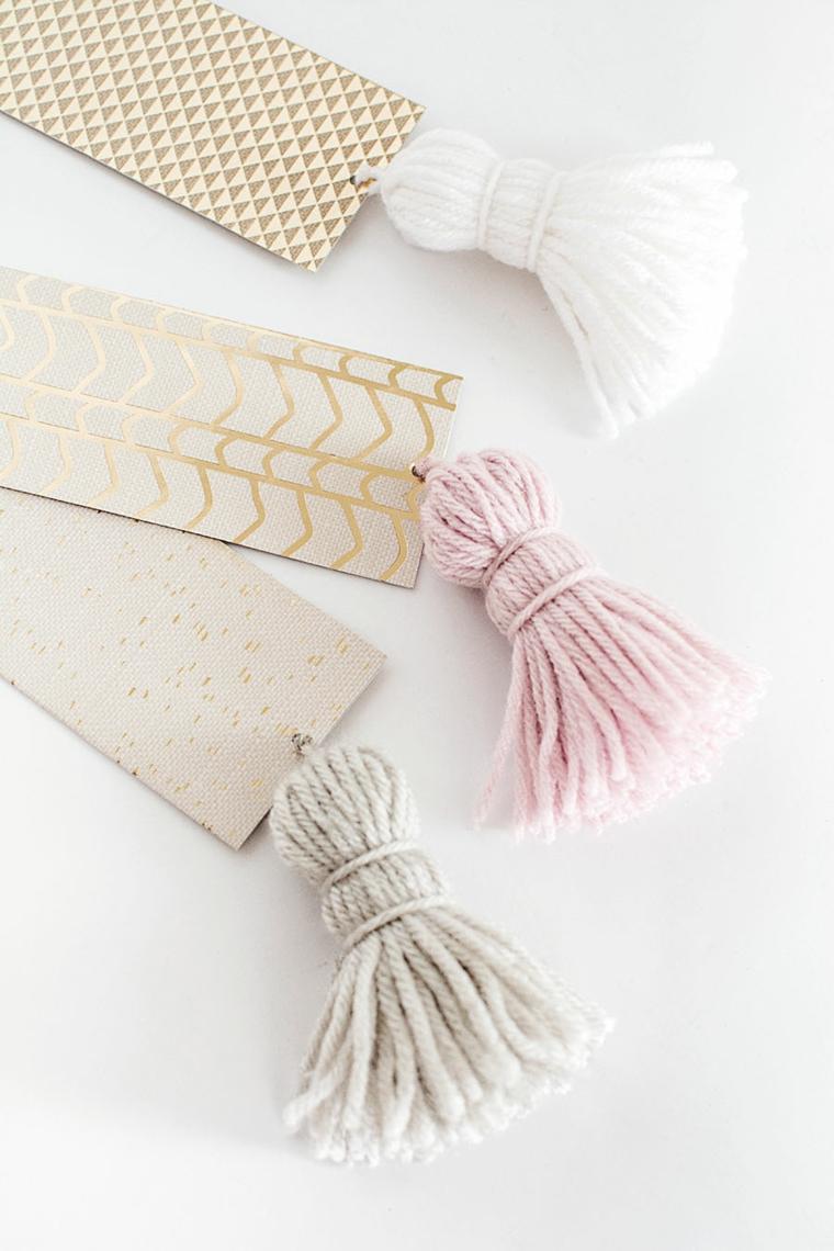 Segnalibro con disegno e nappe di filo di lana, nappe con fili di lana colorati