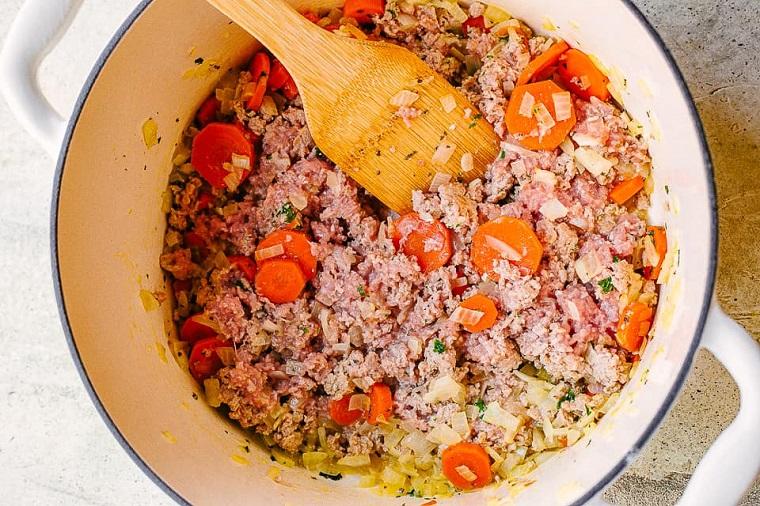 Pentola con soffritto di cipolla e carote, ricette estive primi piatti
