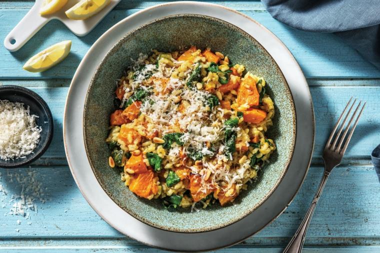 Ricette estive veloci ed economiche, piatto con risotto alle verdure e parmigiano grattugiato