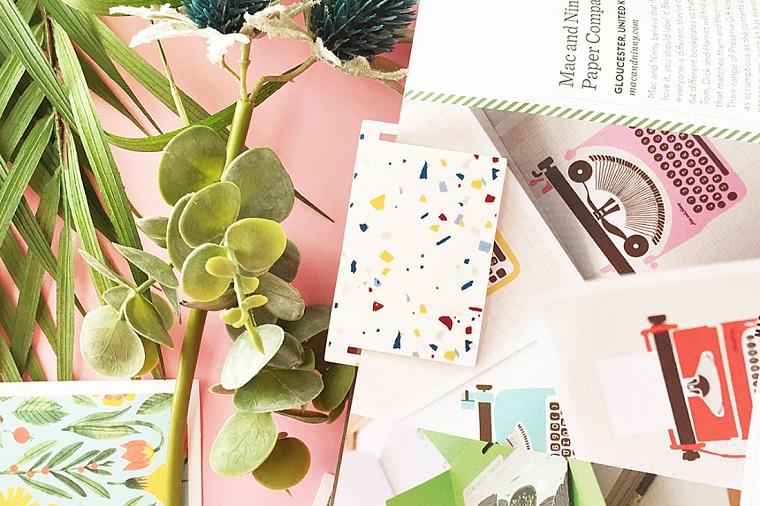 Cartolina ritagliata come un segnalibro, creare segnalibri con cartoncino colorato