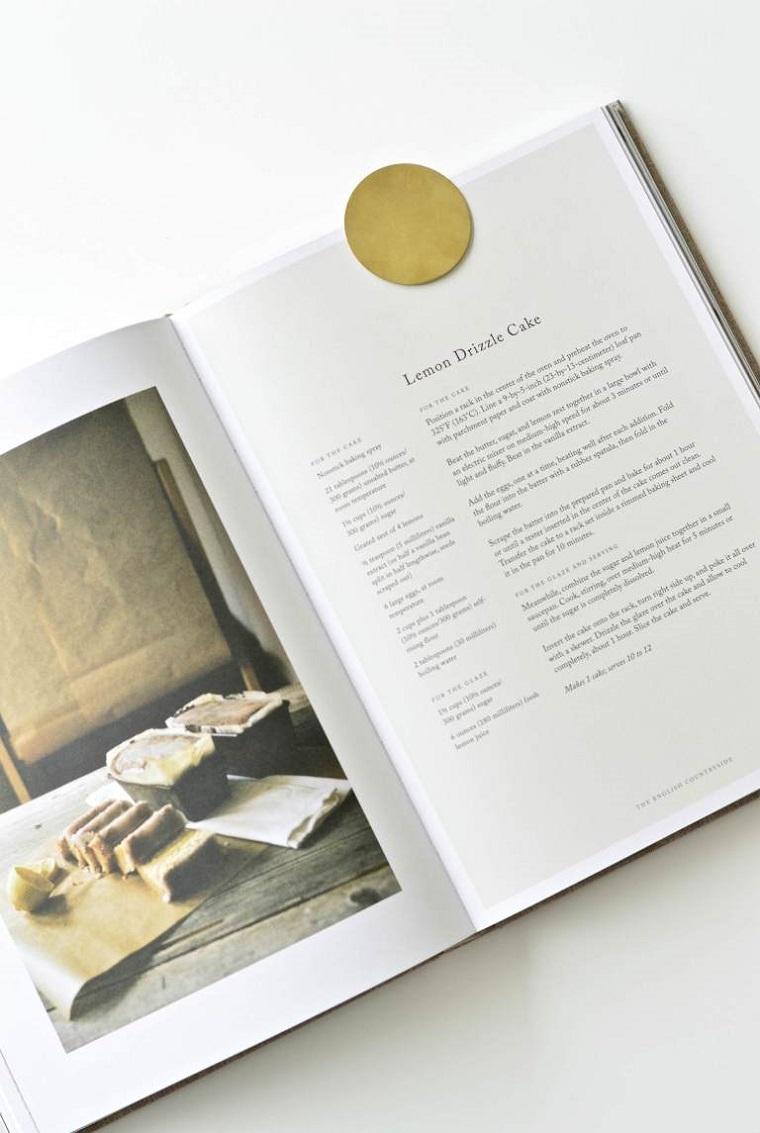 Libro di cucina con fotografie, segnalibro fai da te, segnalibro rotondo di colore oro
