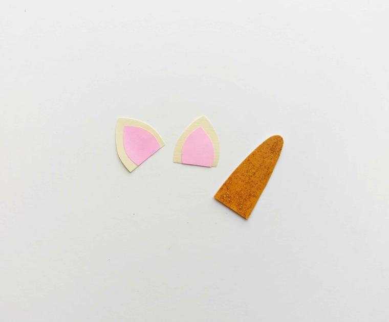 Orecchie e corno ritagliate da un foglio per origami colorato, segnalibri per bambini