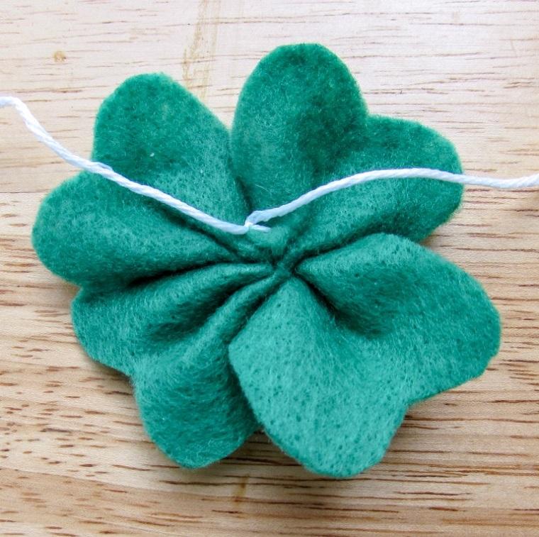 Quadrifoglio di feltro verde, spago di colore bianco su un quadrifoglio di feltro, creare segnalibri