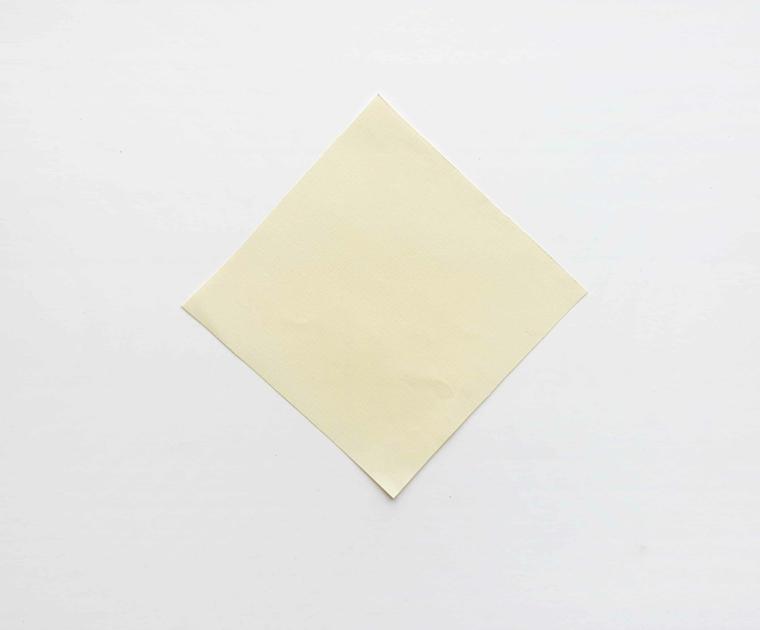 Foglio di colore bianco crema ritagliato a quadrato, segnalibri per bambini