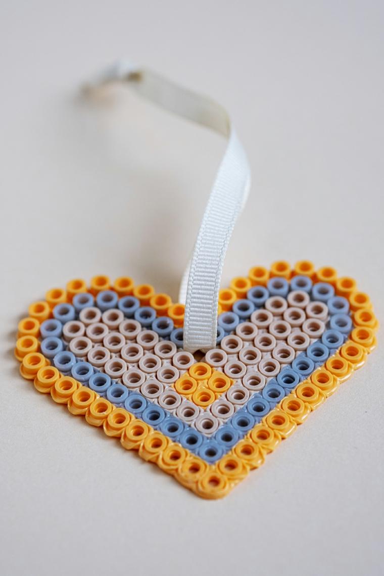 Come fare un segnalibro, cuore con pezzettini di lego, segnalibro con nastro bianco