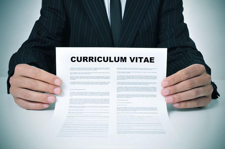 Come si scrive il cv perfetto, foglio con scritto in inglese, uomo che tiene il curriculum vitae