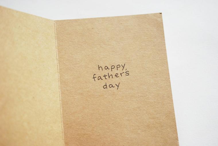 Biglietto festa del papà, cartolina di carta con scritta di auguri in inglese