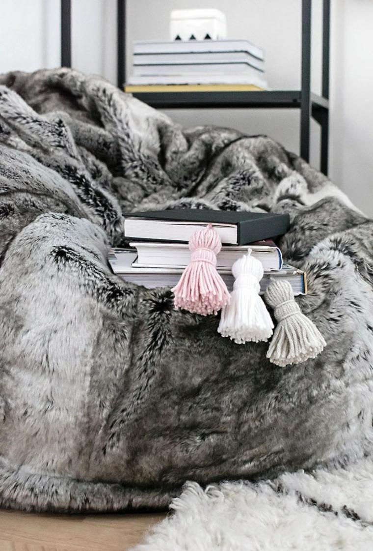 Libri con copertina rigida su una coperta, segnalibro con nappe di filo di lana