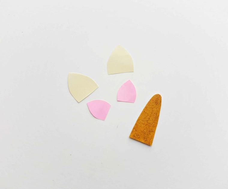 Orecchie e corno ritagliati da fogli di carta colorati, segnalibri per bambini