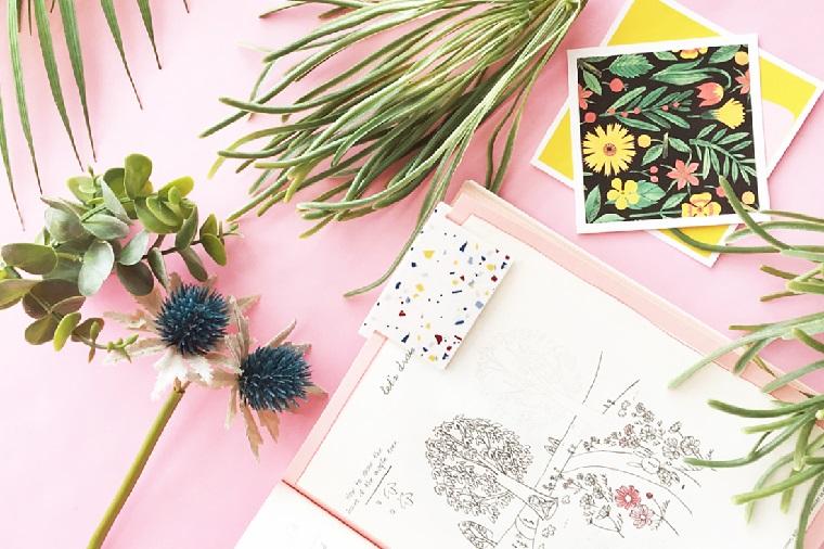 Segnalibro fai da te, disegno di un albero e fiori, piante con foglia verde