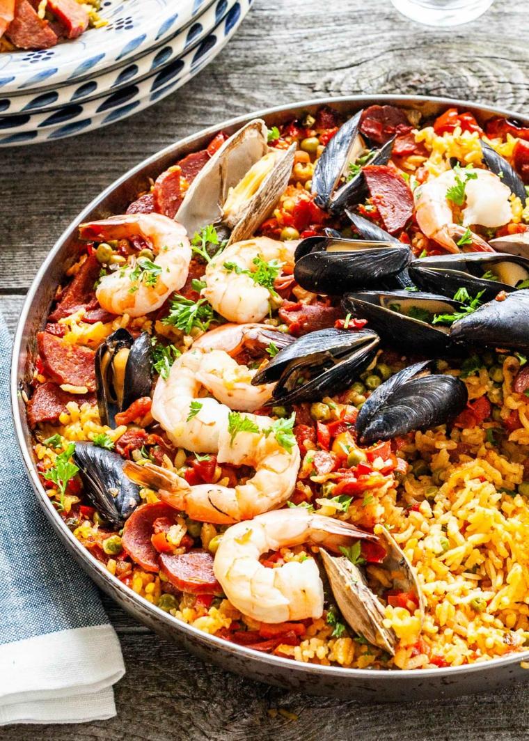 Teglia con paella ai frutti di mare e choriso, cena veloce e appetitosa