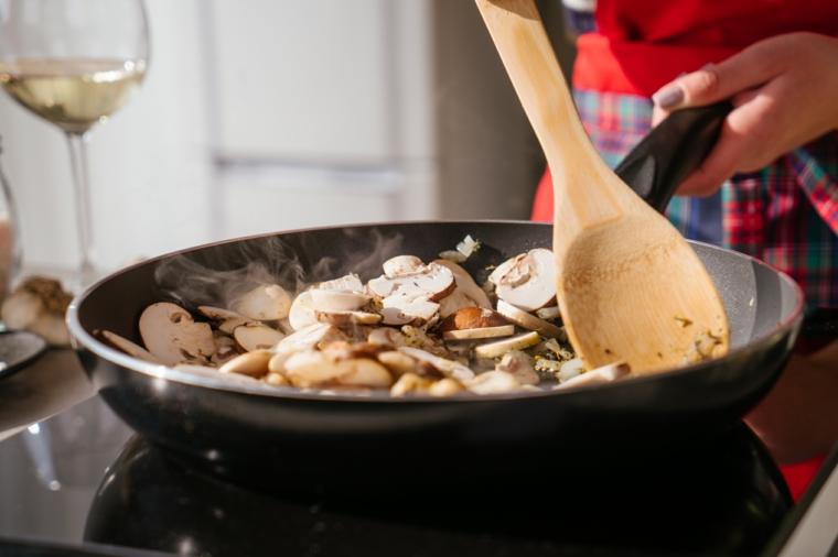 Ricette estive veloci ed economiche, padella con soffritto di cipolla e funghi
