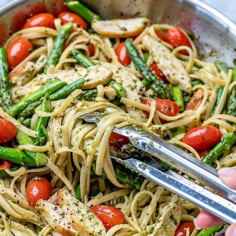 Spaghetti con petto di pollo e verdure, primi piatti estivi, linguine agli asparagi e pomodorini