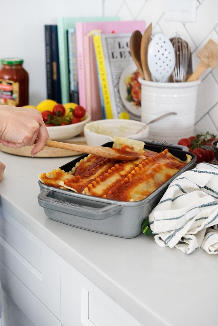Ricette primi piatti veloci, teglia da forno con lasagna alle verdure e sugo di pomodoro