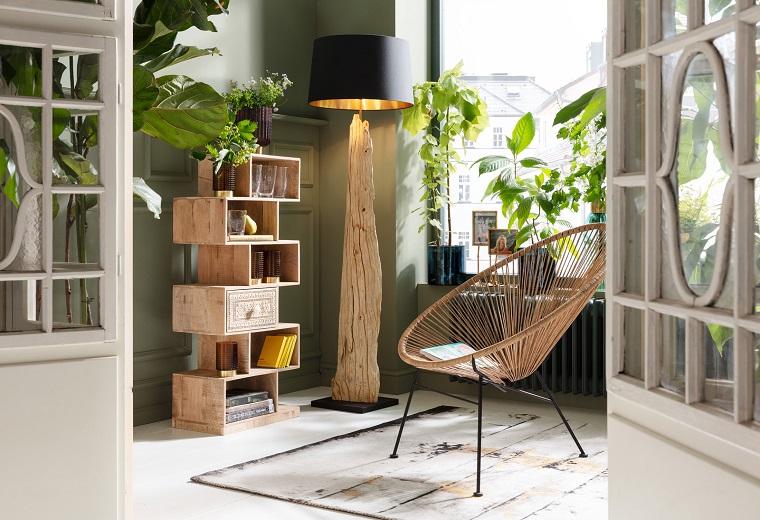 Lampada da terra in legno, soggiorno con sedia e mobile di legno