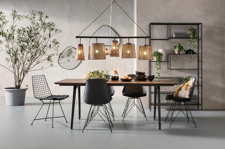 Illuminazione con lampade sospese, sala da pranzo con tavolo di legno e sedie