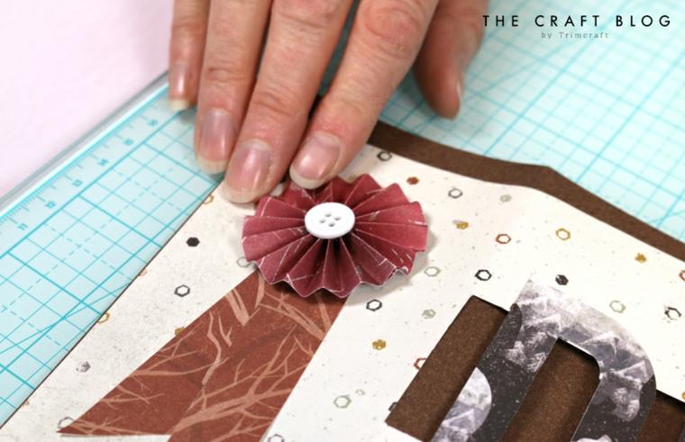 Incollare un fiocco origami con bottone, biglietti per la festa del papà