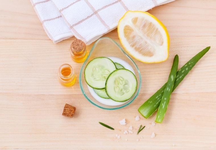 Caraffa di vetro con latte e cetrioli, limone tagliato a metà, maschera viso purificante