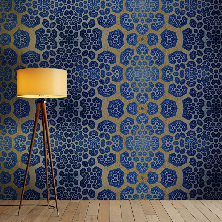 Soggiorno con lampada da terra, parete con poster colorato di blu e giallo