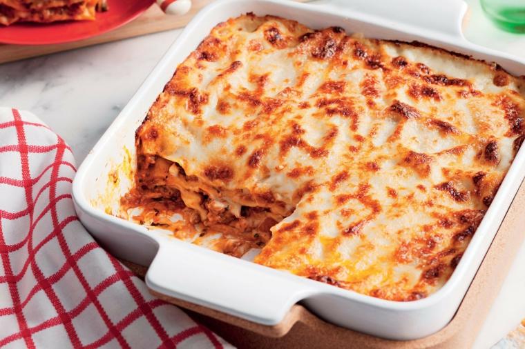 Cena veloce e appetitosa, teglia con lasagna al ragù e mozzarella