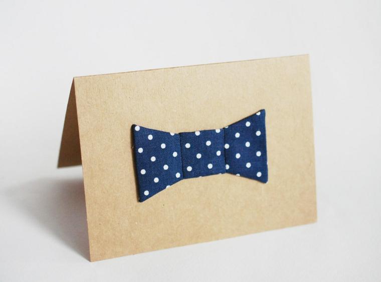 Biglietto auguri festa del papà, cartolina di carta decorata con un papillon di stoffa