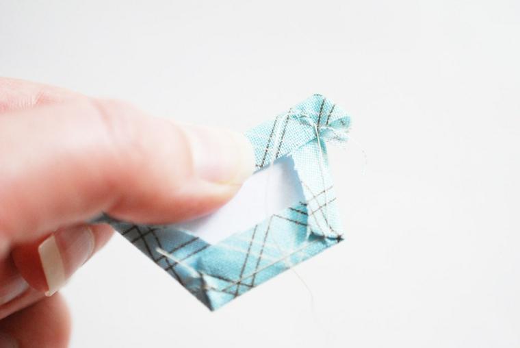 Biglietti per la festa del papà, cucire un pezzo di stoffa di colore azzurro