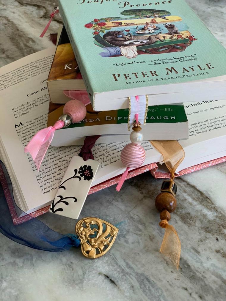 Segnalibri con nastri e gioielli, libri con copertine morbide colorate per bambini