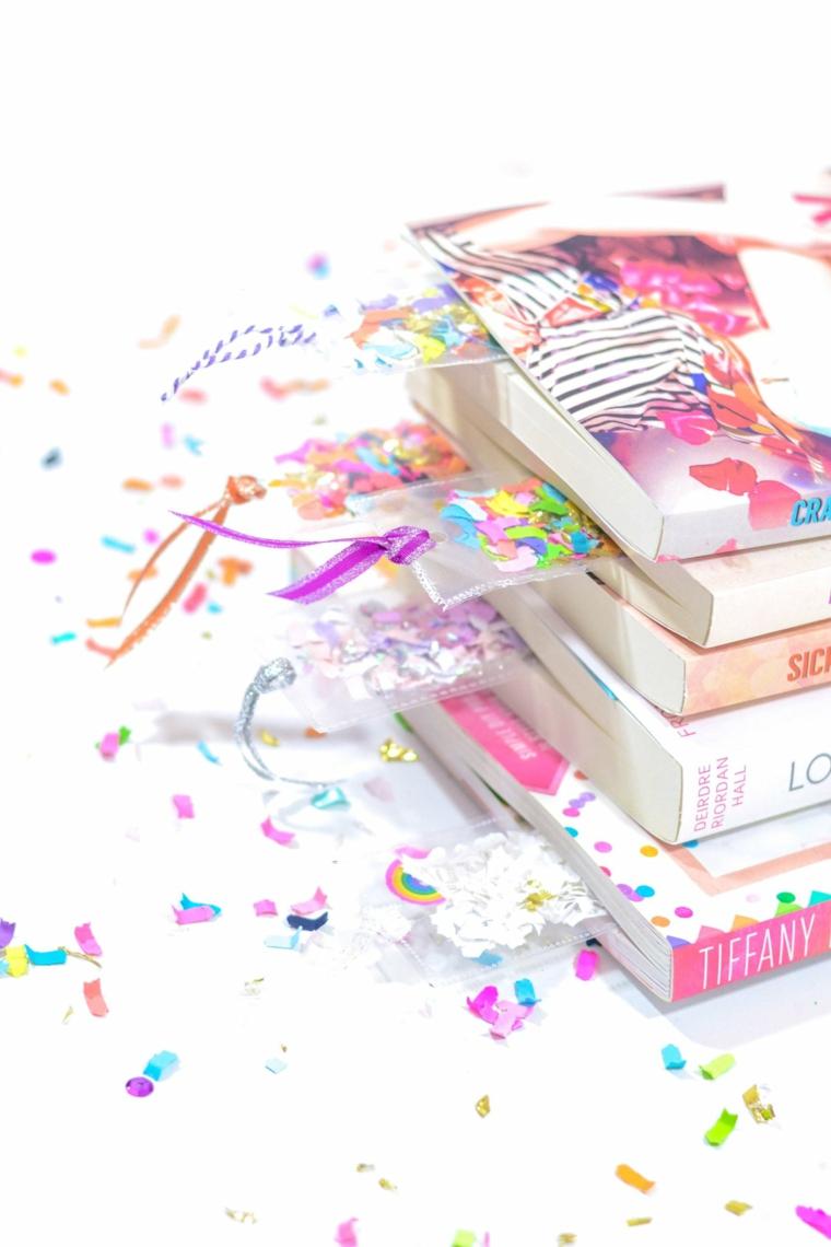 Libri con copertina colorata, segnalibro con bustine di plastica e coriandoli colorati