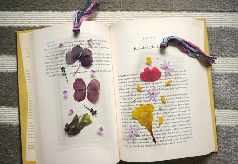 Segnalibri con bustine di plastica e fiori secchi, libro aperto con copertina rigida
