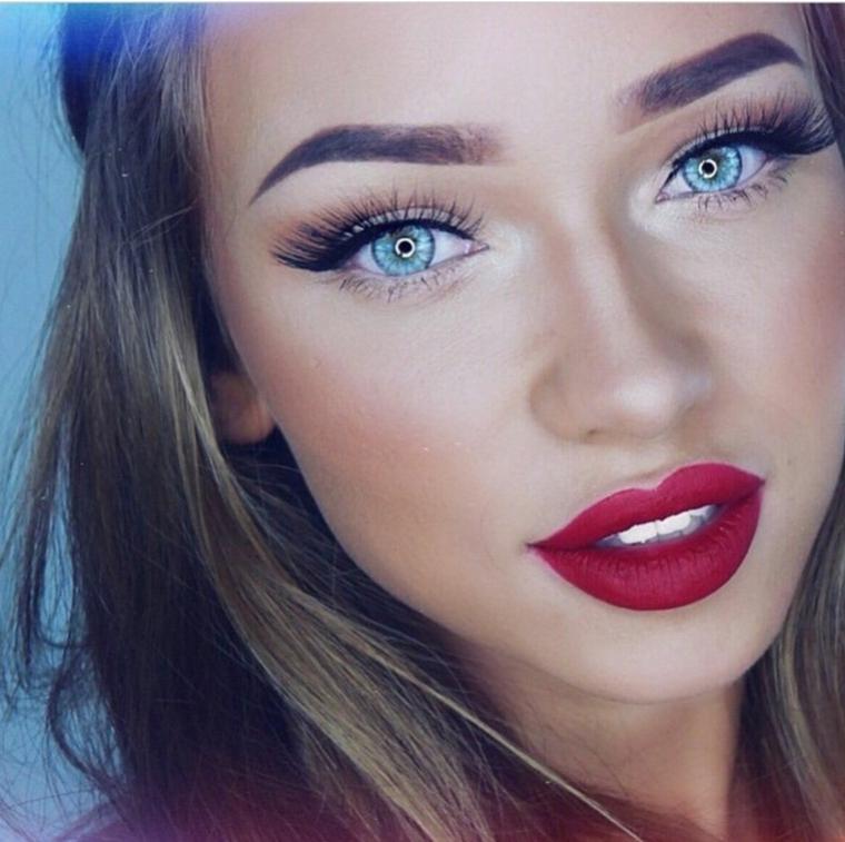 Come truccarsi gli occhi, ragazza con ciglia lunghe e rossetto di colore rosso mat