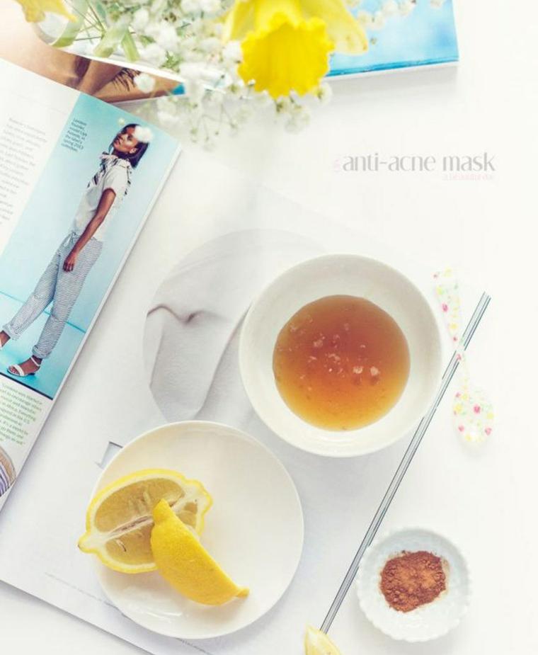 Ingredienti in piatti bianchi, ciotola con miele e limone tagliato a metà