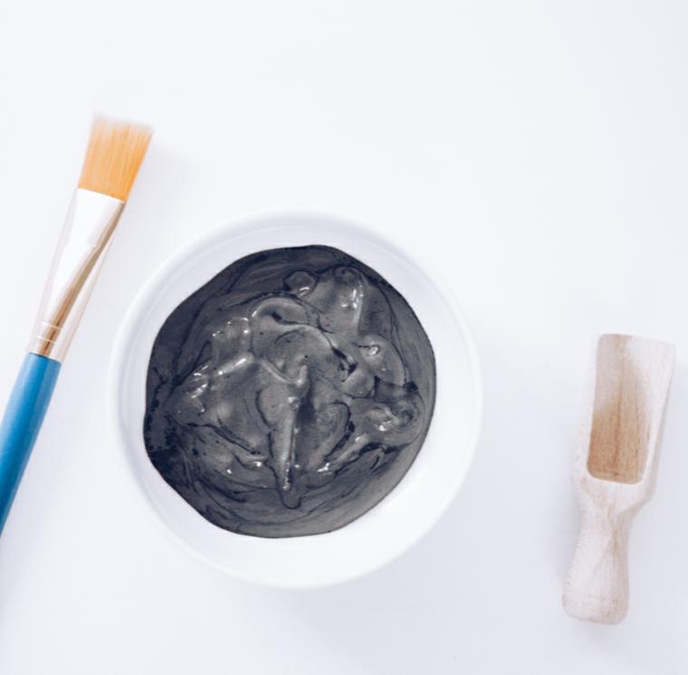 Piatto con argilla e pennello, maschera per brufoli, ciotola con argilla liquida
