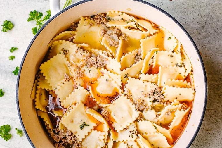 Pentola con minestra di ravioli e verdure, ricette primi piatti veloci