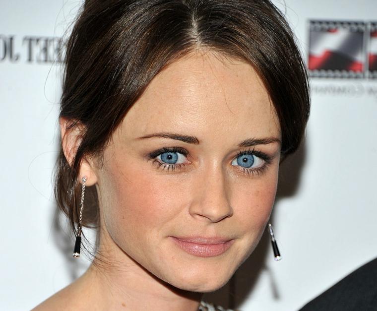 Come truccarsi gli occhi, attrice con occhi di colore blu, capelli castani raccolti