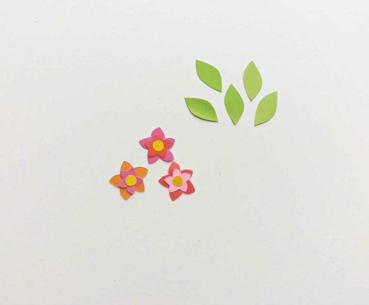Creare segnalibri, fiorellini e fogli ritagliati da fogli per origami colorati