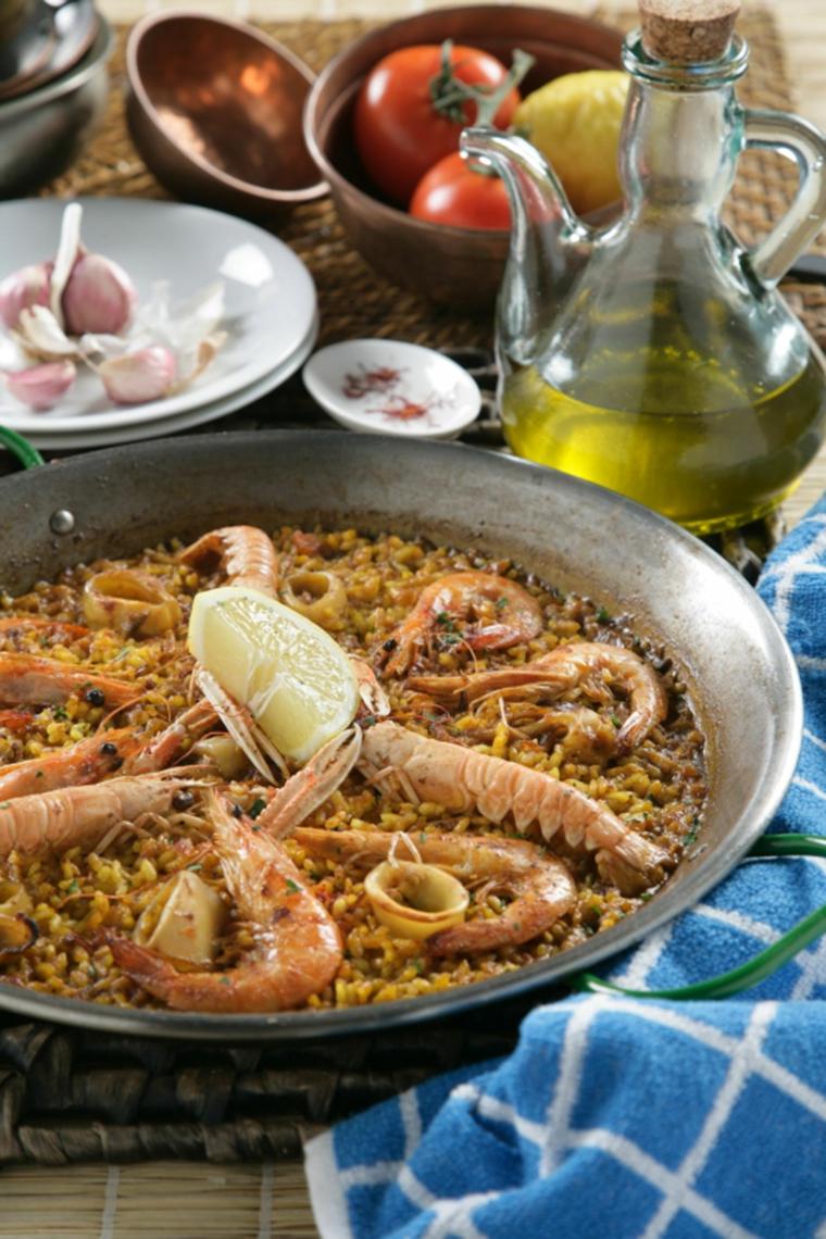 Padella con paella ai frutti di mare, primi piatti veloci ed economici