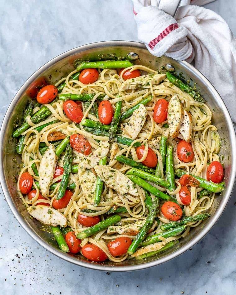Cena veloce e appetitosa, padella con linguine agli asparagi e pomodorini