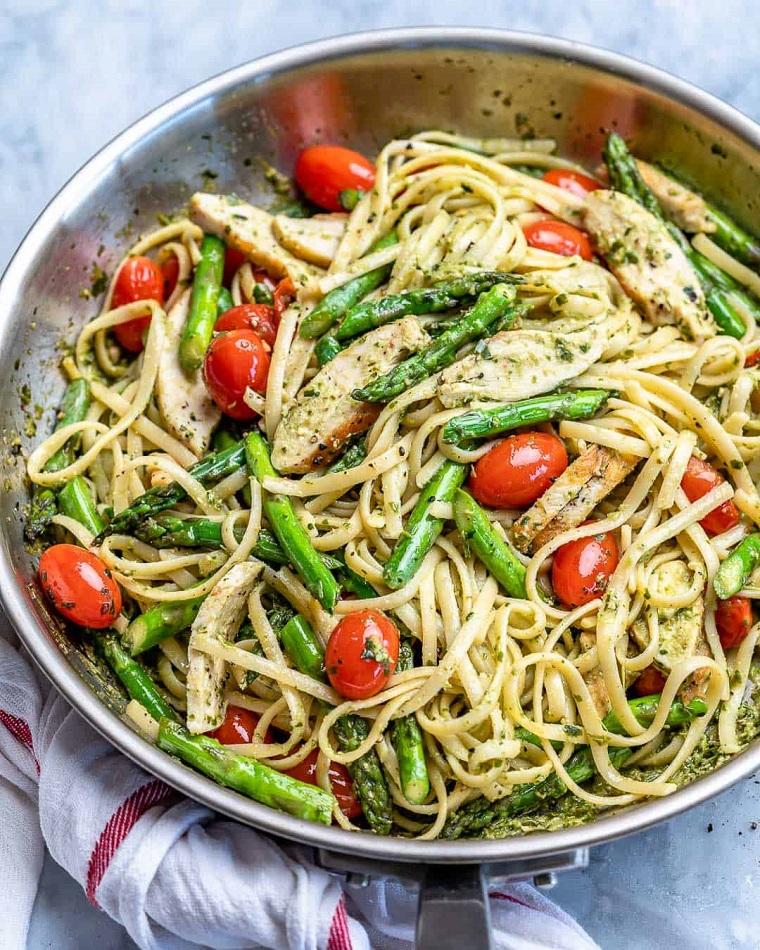 Padella con linguine agli asparagi e pomodorini, ricette primi piatti veloci