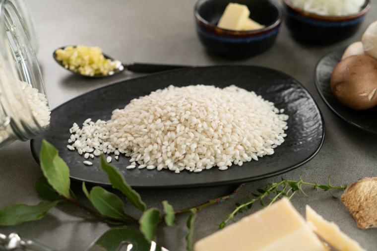 Idee primi piatti, piatto ovale con riso bianco, ingredienti in ciotole su un tavolo