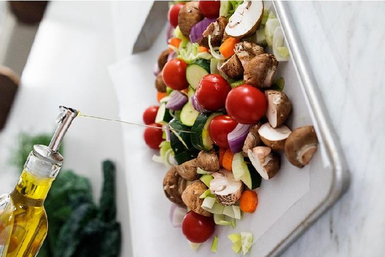Piatto con verdure tagliate e condite con olio, ricette primi piatti veloci