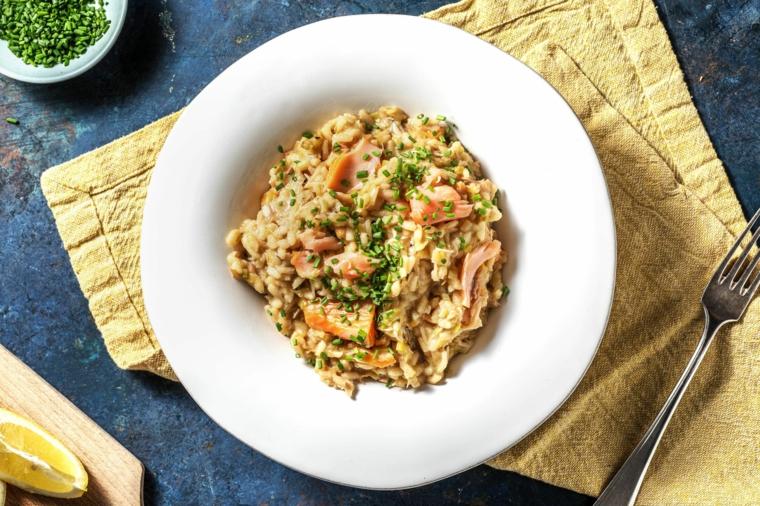 Ricette estive veloci ed economiche, piatto di risotto con salmone e prezzemolo tritato