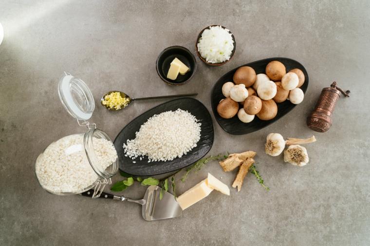 Ingredienti in piatti su un tavolo da cucina, ricette estive primi piatti