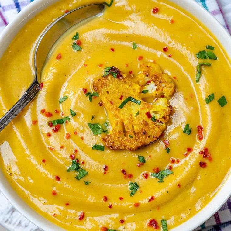 Ricette estive primi piatti, piatto con vellutata di cavolfiore e curcuma
