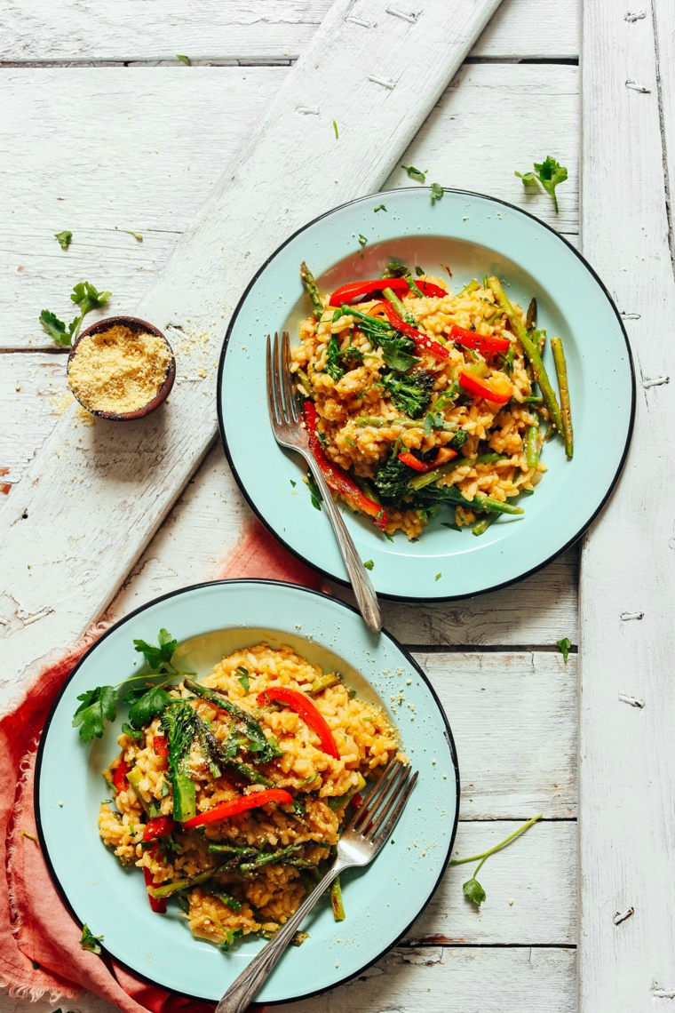 Idee primi piatti, piatto con risotto alle verdure come asparagi e peperoni