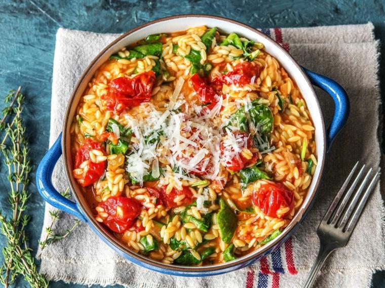 Ricette estive veloci ed economiche, pentola con risotto ai pomodori e basilico