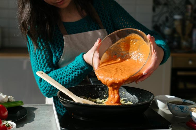 Ricette primi piatti veloci, padella con soffritto e salsa di pomodori arrosto