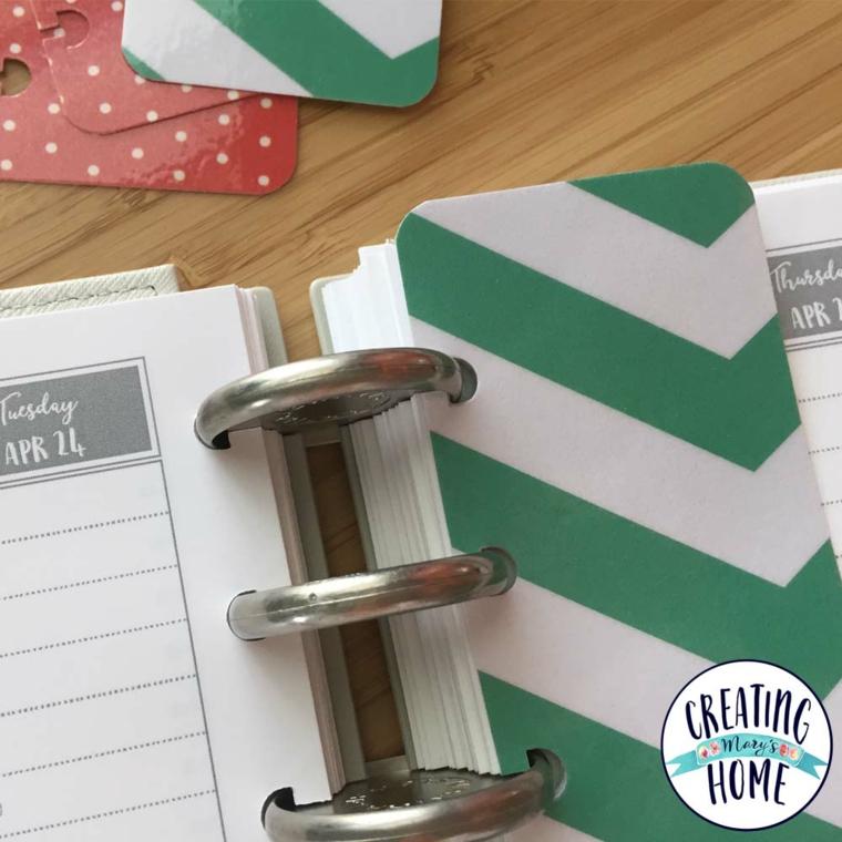 Quaderno ad anelli con segnalibro, quaderno su un tavolo di legno, segnalibro con cartoncino colorato