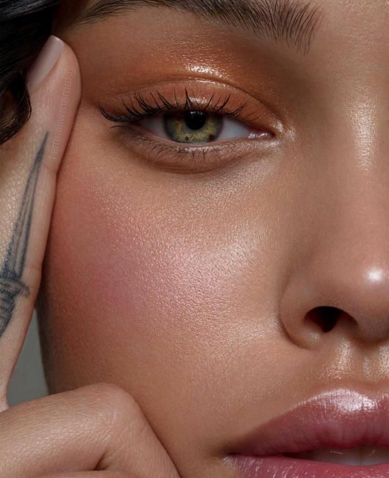 Make up per occhi verdi, tatuaggio sul dito di una ragazza, make up donna